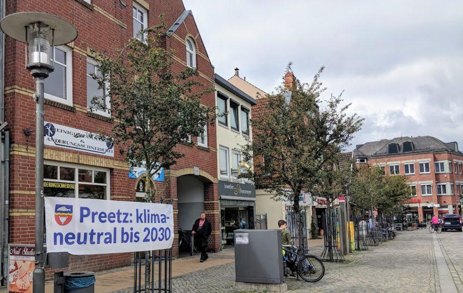 Banner in der Stadt Preetz mit der Aufschrift: Preetz klimaneutral bis 2030