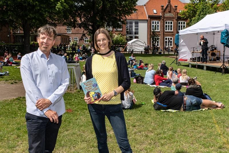 Arne Rautenberg mit Lesefest-Kuratorin Charlotte Reimann