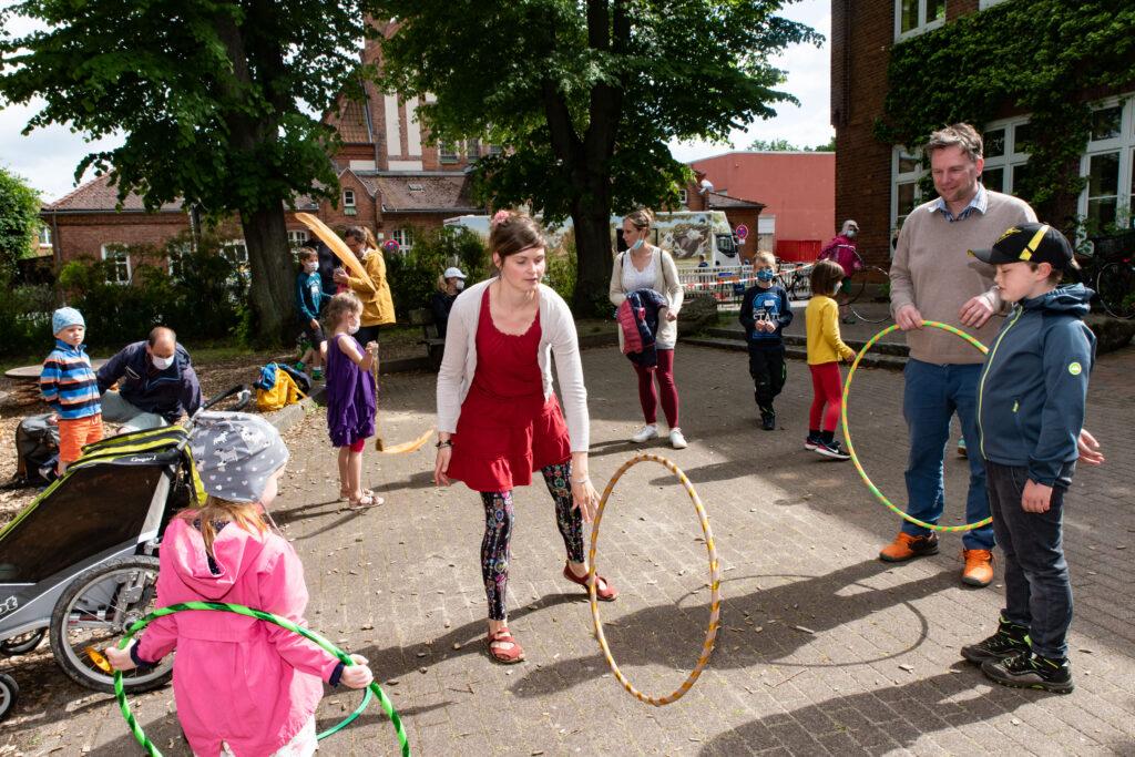 Hula-Hoop auf dem Spielplatz