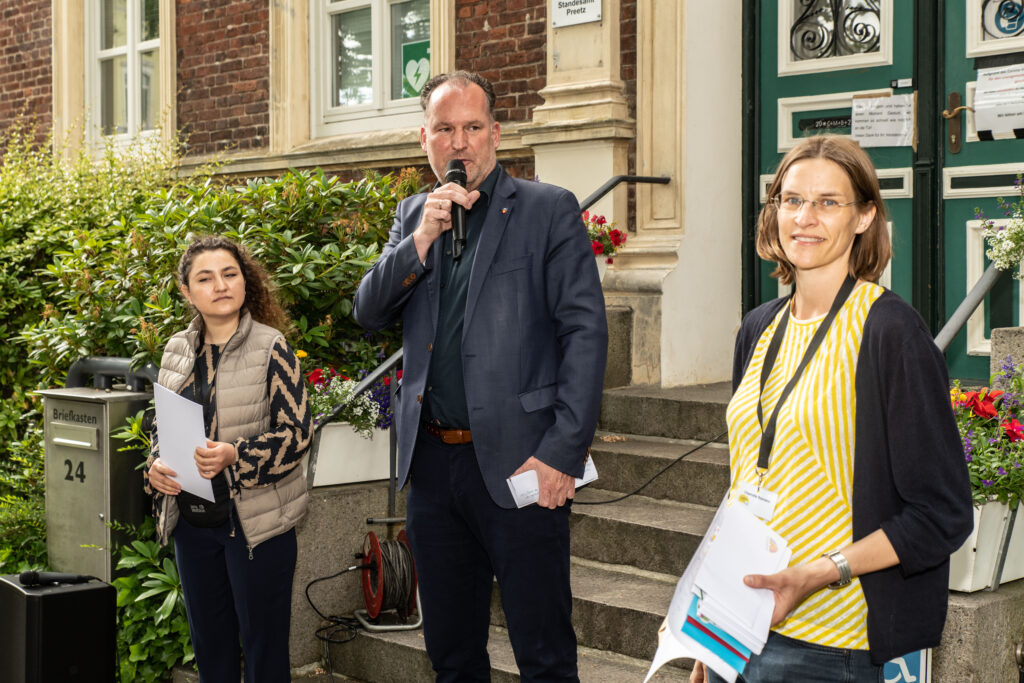 Yalda Farangis Sawgand, Bürgermeister Björn Demmin und Lesefest-Kuratorin Charlotte Reimann