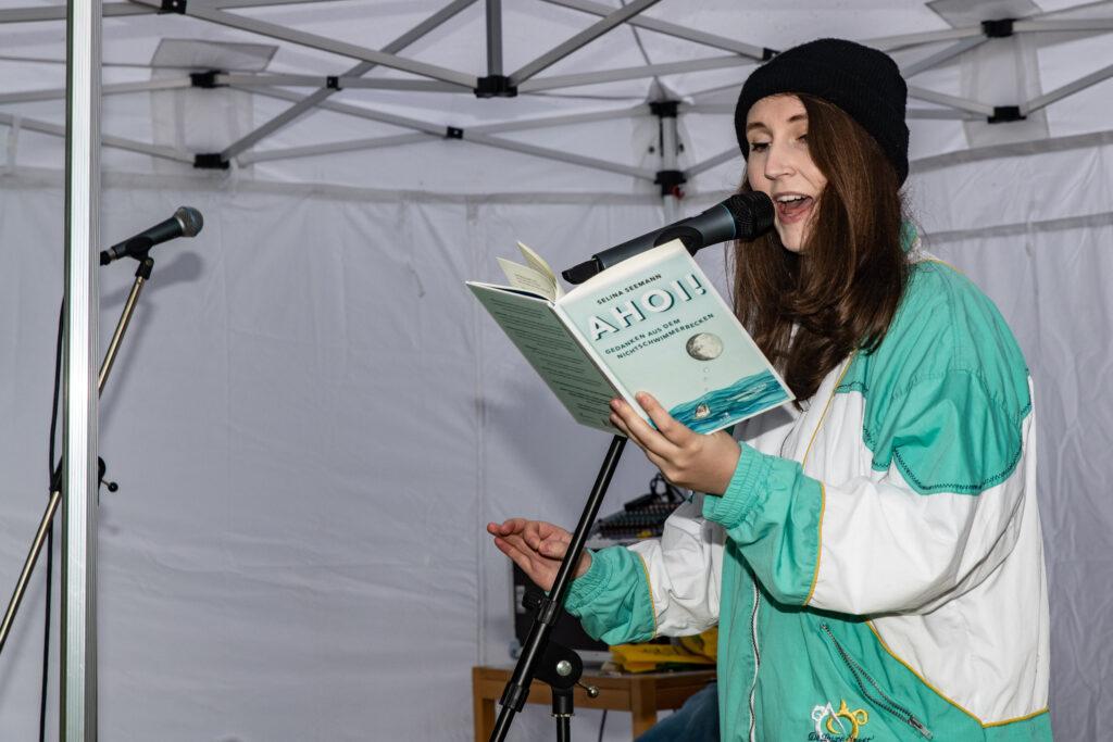 Selina Seemann begeistert das Publikum mit ihren Texten.