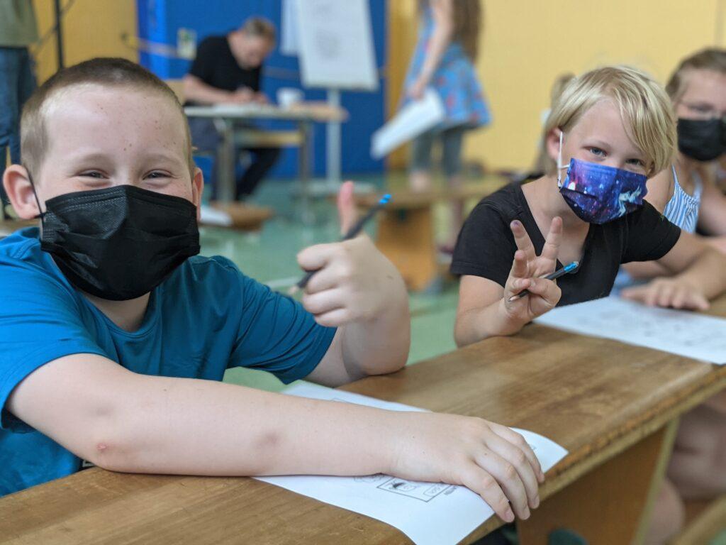 Beim Lesefest herrscht Maskenpflicht - wie hier beim Comic-Workshop mit Kim Schmidt und Patrick Wirbeleit in der Hermann-Ehlers-Schule
